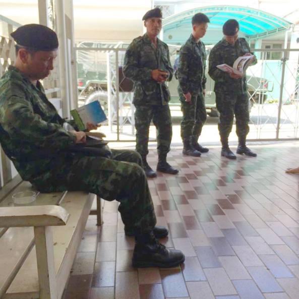 เจ้าหน้าที่ทหาร ปตอ. พัน 5 ที่มาหาธนาพล อิ๋วสกุล ณ สำนักพิมพ์ฟ้าเดียวกันครั้งวันที่ 7 ส.ค.2558