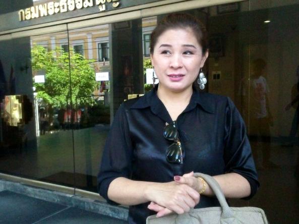 รินดา พรศิริพิทักษ์ หลังรายงานตัวครบกำหนดฝากขังครั้งที่ 3 ที่ศาลทหาร 14 ส.ค.2558